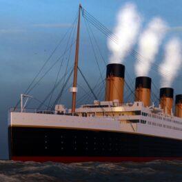 Model generat pe calculator cu vaporul Titanic, ocean și cer, abur din vapor. Experții au vorbit despre de ce s-ar fi scufundat Titanicul