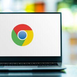 Logo-ul Google pe ecranul unui laptop, fundalul alb. Laptopul e gri, pe masă. Google a emis un avertisment recent pentru utilizatorii Chrome