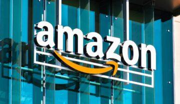 Sigla Amazon pe o clădire. Numele e scris cu alb, are simbolul galben și geamurile sunt albastre. Amazon folosește un algoritm pentru a-li concedia angajații