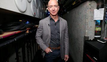Jezz Bezos, unul dintre cei mai bogați oameni din lume,în California, 2018, la summit-ul WIRED25. Poartă o jachetă gri și o cămașă gri închis