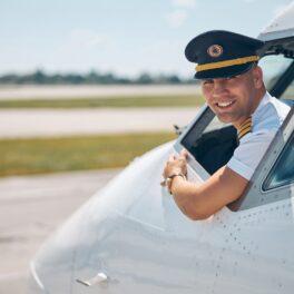Pilot care a deschis geamul avionului când se afla la sol. Avionul e alb, el poartă o cămașă albă, cu mânecă scurtă, poartă o pălărie de pilot. Puțini știu ce se întâmplă când un pilot deschide geamul avionului