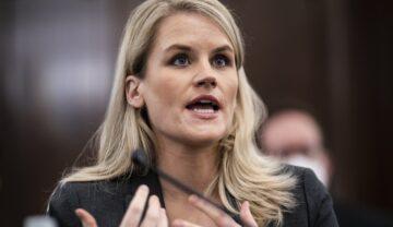 Frances Haugen, în fața comisiei Senatului SUA, octombrie 2021. E blondă, îmbrăcată într=un costum negru și are un microfon negru în față. Nu mulți știau cine e Frances Haugen înainte să acuze Facebook