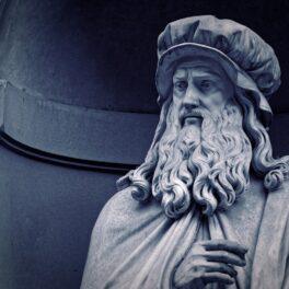 Statuia lui Leonardo da Vinci din Firenze, Italia, în tonuri albastre. Recent, experții au decis că vor să studieze ADN-ul lui Leonardo da Vinci