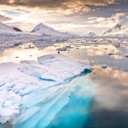 Imagine cu un lac din Antarctica, cu gheață și apă. Lacurile ascunse din Antarctica au fost descoperite recent