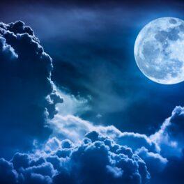 """Imagine cu Luna pe cer, în tonuri albastre. Luna e în colțul drept, deasupra norilor. Experții cred că Luna se va """"clătina"""" în 2030"""