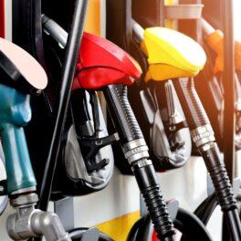 Pompe din benzinărie, în mai multe culori, albastru, roșu, galben, portocaliu. Secretul industriilor de petrol și gaze naturale a avut un impact major asupra climei