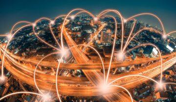 Oraș noaptea, cu lumină portocalie care sare în mai multe locuri. Recordul pentru cea mai mare viteză de transfer de date a fost doborât recent