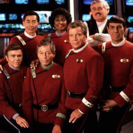 Imagine cu William Shatner în Star Trek, alături de colegii de platou. În imagine apar Walter Koenig, George Takei, DeForest Kelly, Nichelle Nichols, James Doohan și Leonard Nimoy, îmbrăcați în uniforme roșii